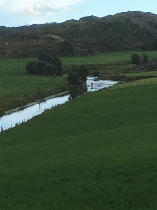 Bilde tatt fra Ærebakken. Her ser ein elva ned mot heimre hølen